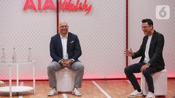 AIA President Director Sainthan Satyamoorthy dan AIA Indonesia Brand Ambassador Christian Sugiono berbincang pada peluncuran AIA Vitality di Jakarta (03/01/2020). Platform kesehatan komprehensif yang didukung sains terbukti secara ilmiah untuk hasil lebih baik dan terukur.(Liputan6.com/Fery Pradolo)