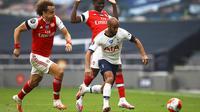 Gelandang Tottenham Hotspur, Lucas Moura menggiring bola dari kejaran dua pemain Arsenal, David Luiz dan Bukayo Saka pada pertandingan lanjutan Liga Inggris di Stadion Tottenham Hotspur di London, Inggris, Minggu (12/7/2020). Tottenham menang tipis atas Arsenal 2-1. (Tim Goode/Pool via AP)