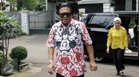 Oesman Sapta Odang menuju lokasi untuk menyoblos dalam Pilkada Putaran kedua di TPS 03 Denpasar, Kuningan Timur, Jakarta, Rabu (19/4). Oso berpesan untuk pasangan calon yang menang atau kalah dalam putaran kedua ini harus bijak. (Liputan6.com/Johan Tallo)