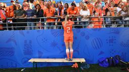 Desiree van Lunteren bek Belanda merayakan kemenangan bersama suporter  setelah Belanda mengalahkan Prancis di Piala Dunia Wanita 2019. ( AFP/Franck Fife )