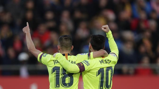 Striker Barcelona, Lionel Messi, melakukan selebrasi bersama Jordi Alba usai mencetak gol ke gawang Girona pada laga La Liga di Stadion Montilivi, Minggu (27/1). Barcelona menang 2-0 atas Girona. (AP/Manu Fernandez)#source%3Dgooglier%2Ecom#https%3A%2F%2Fgooglier%2Ecom%2Fpage%2F%2F10000