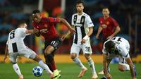 Striker Manchester United, Anthony Martial, berusaha melewati gelandang Juventus, Miralem Pjanic, pada laga Liga Champions di Stadion Old Trafford, Manchester, Selasa (23/10). MU kalah 0-1 dari Juventus. (AFP/Oli Scarff)