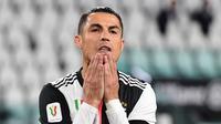 Penyerang Juventus, Cristiano Ronaldo, tampak kecewa usai penaltinya gagal menghasilkan gol pada laga leg kedua semifinal Coppa Italia di Allianz Stadium, Sabtu (13/6/2020) dini hari WIB. Juventus bermain imbang 0-0 atas AC Milan. (AFP/Miguel Medina)