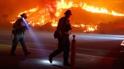 Kebakaran melanda sekitar 1.200 hektar lahan di wilayah barat laut Los Angeles, California, AS, Sabtu (26/12/2015). Lebih dari 600 petugas pemadam kebakaran berjuang memadamkan api di daerah Pantai Solimar di Ventura County. (REUTERS / Gene Blevins)
