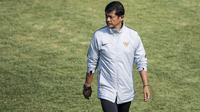 Pelatih Timnas Indonesia U-19, Indra Sjafri, memimpin latihan di Lapangan ABC Senayan, Jakarta, Selasa (18/9/2018). Latihan ini merupakan persiapan jelang Piala AFC U-19. (Bola.com/Vitalis Yogi Trisna)