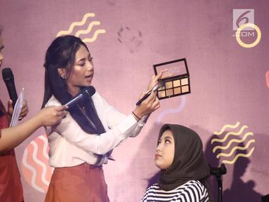 Beauty vlogger, Abel Cantika memperagakan make up kepada model saat beauty session pada acara Vidio Fair 2.0 di Gandaria City, Jakarta, Sabtu (3/11). Acara yang digelar gratis ini mengambil tema One Stop Event You Can Get. (Liputan6.com/Herman Zakharia)