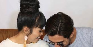 Penyanyi dan pencipta lagu Yura Yunita menggandeng aktor sekelas Reza Rahadian dalam penggarapan single video klip Intuisi. Keduanya juga saling curhat dengan pasangannya. (Nurwahyunan/Bintang.com)