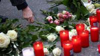 Seorang wanita meletakkan bunga di tugu peringatan korban serangan teror Wina di kedutaan Austria di Berlin. (Foto: OMER MESSINGER / AFP)