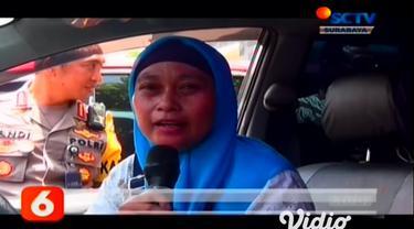Unit Reskrim Polrestabes Surabaya membongkar sindikat penipuan dan penggelapan. Polisi menangkap empat tersangka yang melakukan penggelapan 23 mobil rental di Surabaya.