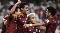 Para pemain Thailand merayakan gol ke gawang Uni Emirat Arab pada laga Grup A Piala Asia 2019, di Stadion Hazza bin Zayed, Al Ain, Senin (14/1/2019). (AFP/Khaled Desouki)