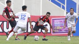 Pemain Persipura Jayapura, Todd Rivaldo Ferre (kedua kanan) berusaha melewati pemain Arema FC, Rizky Dwi pada laga BRI Liga 1 di Stadion Madya, Jakarta, Rabu, (29/9/2021). (Bola.com/ M Iqbal Ichsan)