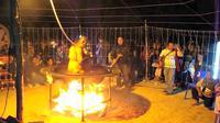 """Seorang bhiksu di provinsi Nong Bua Lamphu di Thailand direkam video ketika sedang """"dimasak"""" di atas kobaran api."""