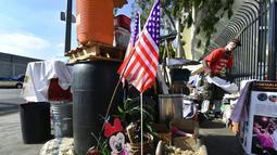 Veteran AS, Kendrick Bailey menata tempat tinggalnya yang berada di perkampungan tunawisma di Los Angeles, California (10/11). Di AS sendiri ada Hari Veteran yang diperingati setiap tanggal 11 November dan menjadi hari libur. (AFP Photo/Frederic J. Brown)