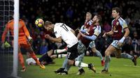 Pemain Liverpool, Ragnar Klavan saat mencetak gol lewat sundulan ke gawang Burnley pada lanjutan Premier League di Turf Moor, Burnley, (1/1/2018). Liverpool menang 2-1 atas Burnley. (Martin Rickett/PA via AP)