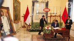 Menteri Luar Negeri Maroko, Nasser Bourita mengisi buku tamu disaksikan Menteri Luar Negeri RI, Retno Marsudi  di kantor Kemenlu, Jakarta, Senin (28/10/2019). Pertemuan tersebut membahas hubungan bilateral antara kedua negara. (Liputan6.com/Faizal Fanani)