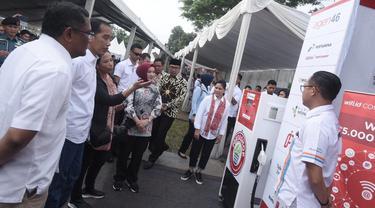 Presisen RI Joko Widodo, didampingi Menteri BUMN Rini Soemarno dan Direktur Utama Pertamina Nicke Widyawati meninjau display Pertashop. (Dok Pertamina)