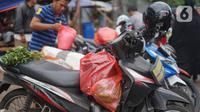 Kantong plastik terlihat masih digunakan di pasar tradisional di Jakarta, Kamis (9/1/2020). Berdasarkan Pergub Nomor 142 Tahun 2019, para pengelola usaha bisa dikenakan denda mencapai Rp 25 juta apabila melanggar aturan tentang penggunaan kantong plastik. (Liputan6.com/Immanuel Antonius)