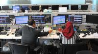 Dua pekerja memantau pergerakan saham di sebuah monitor, Jakarta, Senin (14/11). Laju IHSG melemah 2,6 persen atau sekitar 137,71 poin ke level 5.094,25 pada penutupan sesi pertama perdagangan saham Senin (14/11/2016). (Liputan6.com/Angga Yuniar)