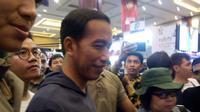 Presiden Jokowi tidak mau ketinggalan euforia peluncuran sneakers terbaru dari Vans yang berkolaborasi dengan band Metallica. (Liputan6.com/Vinsensia Dianawanti)