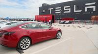 Foto yang diabadikan pada 26 Oktober 2020 ini menunjukkan kendaraan Tesla Model 3 yang diproduksi di China (made in China) di gigafactory Tesla yang terletak di Shanghai, China timur. (Xinhua/Ding Ting)