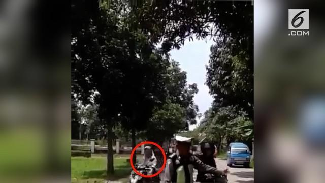Petugas polisi malah memberhentikan pengendara motor yang memakai helm.
