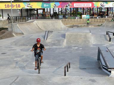Seorang anak bermain sepeda di area RTH/RPTRA Kalijodo, Jakarta. Selasa (24/7). Sebelumnya, warganet ramai membahas di media sosial ihwal kondisi RTH dan RPTRA Kalijodo yang terlihat terbengkalai. (Liputan6.com/Helmi Fithriansyah)