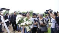 Pemakaman Zefania Carina, anak Karen Idol (Sumber: Kapanlagi.com)