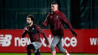 Penyerang Liverpool Mohamed Salah (kiri) dan Dejan Lovren berlatih jelang menghadapi Napoli pada matchday keenam Grup C Liga Champions di Melwood Training Ground, Liverpool, Inggris, Senin (10/12). (Martin Rickett/PA via AP)