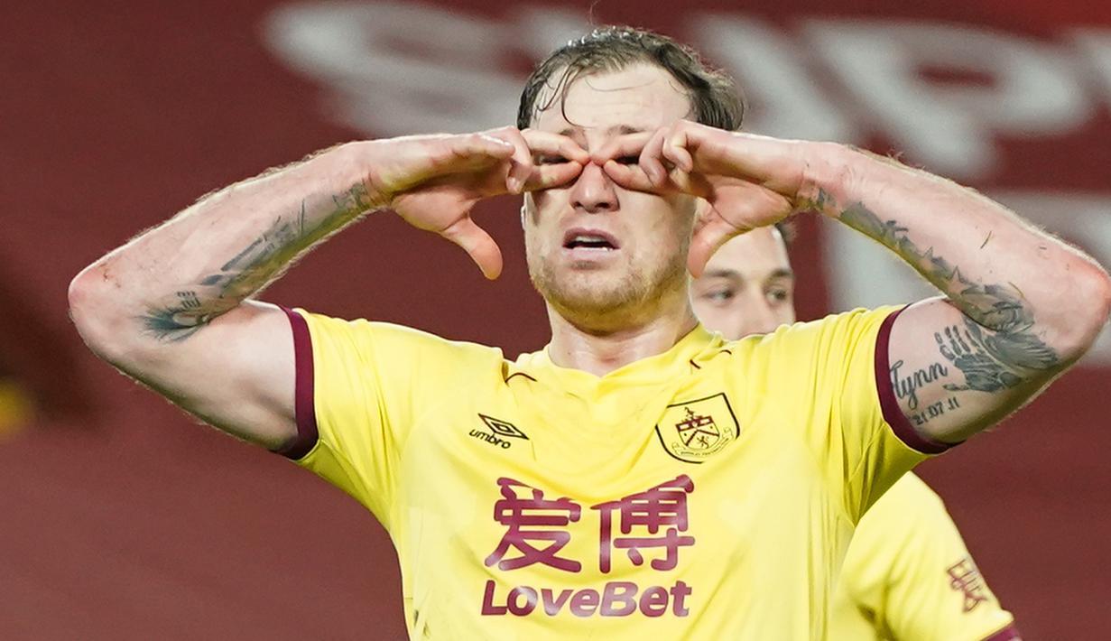 Striker Burnley, Ashley Barnes melakukan selebrasi usai mencetak gol ke gawang Liverpool lewat eksekusi penalti dalam laga lanjutan Liga Inggris 2020/21 di Anfield Stadium, Liverpool, Kamis (21/1/2021). Burnley menang 1-0 atas Liverpool. (AFP/Jon Super/Pool)