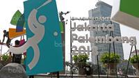 Pekerja sedang merampungkan pengerjaan logo Asian Games 2018 di Bundaran HI, Jakarta, (17/8/2017), Asian Games mengambil tema Energy Of Asia dan akan dibuka oleh Presiden Republik Indonesia Joko Widodo. (Bola.com/Nicklas Hanoatubun)