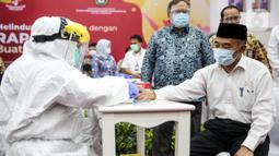 Menko PMK Muhadjir Effendy mengikuti Rapid Tes menggunakan alat produksi dalam negeri di Kantor Kemenko PMK, Jakarta, Kamis (9/7/2020). Produk tes cepat Covid-19 merupakan  buatan dalam negeri karya anak bangsa yang diberinama RI-GHA Covid-19. (Liputan6.com/Faizal Fanani)