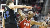 Chris Paul saat beraksi untuk Houston Rockets saat melawan Dallas Mavericks (AP Photo/Eric Christian Smith)