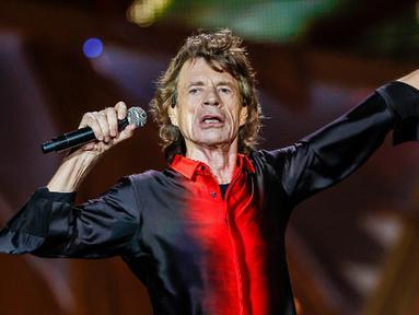 Vokalis Rolling Stone, Mick Jagger dan Marianne Faithful melihat benda yang tampak seperti kapal terbang yang berpendar dikelilingi cahaya yang tidak nampak seperti pesawat pada umumnya saat mereka sedang berkemah di Glastonbury tahun 1968. (AFP Photo)