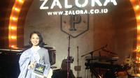Andien Aisyah mendapat penghargaan Fashion Game-Changer of the  Year Zalora style Awards, Kamis (8/4/2016) (Foto: Liputan6.com/Novi Nadya)