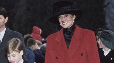Putri Diana kenakan coat merah/dok. Instagram @voguemagazine