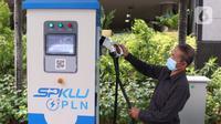 Petugas  saat melayani pengisian daya listrik ke kendraan di SPKLU di Kantor PLN Pusat, Jakarta, Senin (9/11/2020). Pemerintah mendorong peningkatan ketersediaan  SPKLU hingga 2025 ditargetkan terbangun 3.465 unit SPKLU dan lima tahun kemudian menjadi 7.146 unit SPKLU. (Liputan6.com/Angga Yuniar)