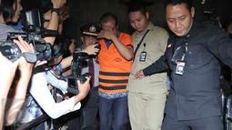 Staf Ahli Anggota DPR Dewie Yasin Limpo, Bambang Wahyuhadi menutup wajahnya usai pemeriksaan di KPK, Jakarta, Kamis (22/10). Bambang resmi ditahan terkait dugaan suap proyek pengembangan pembangkit listrik mikrohidro Papua. (Liputan6.com/Angga Yuniar)