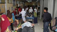 Puluhan tenaga medis mengobservasi korban truk terguling di IGD RSUD dr. Soehadi Prijonegoro Sragen, Rabu (29/8 - 2018) malam. (Solopos/Tri Rahayu)