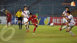 Tendangan keras Evan Dimas tidak mampu dibendung pemain belakang Korea Selatan (Liputan6.com/ Helmi Fithriansyah)