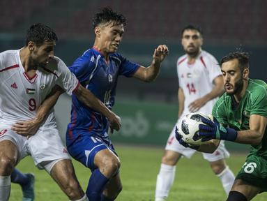 Kiper Palestina, Rami Hamada, menangkap bola tendangan pemain Taiwan pada laga Grup A Asian Games di Stadion Patriot, Jawa Barat, Jumat (10/8/2018). Kedua negara bermain imbang 0-0. (Bola.com/Vitalis Yogi Trisna)