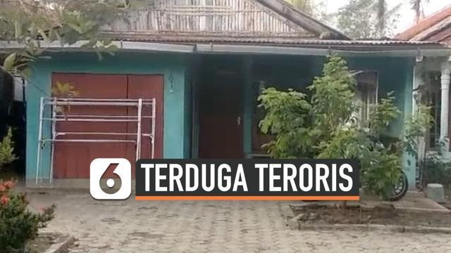 Tim Densus 88 menangkap seorang warga Kabupaten Cilacap yang diduga terlibat dengan aksi terorisme. Terduga diringkus polisi hari Minggu (17/11) di rumahnya.