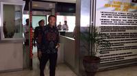 Ketum PSSI, Edy Rahmayadi, berjalan di belakang Menpora Imam Nahrawi di Kantor Kemenpora, Jakarta, Senin (16/10/2017). (Bola.com/Benedkitus Gerendo Pradigdo)
