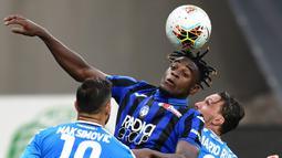Penyerang Atalanta, Duvan Zapata, berebut bola atas dengan bek Napoli, Mario Rui, pada laga lanjutan Serie A pekan ke-29 di Gewiss Stadium, Jumat (3/7/2020) dini hari WIB. Atalanta menang 2-0 atas Napoli. (AFP/Miguel Medina)