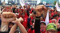 Federasi Pekerja Pelabuhan Indonesia (FPPI) melakukan aksi di Pelabuhan Tanjung Priok, Jakarta, Minggu (1/5). Dalam aksi MayDay 2016 mereka menuntut pemerintah untuk mengembalikan pengelolaan BUMN sesuai konstitusi. (Liputan6.com/Angga Yuniar)