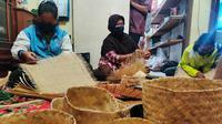UMKM mitra binaan Pertamina, Rimanci Handbag di Musi Rawas (Mura) Sumsel menyerap para perempuan di sekitarnya untuk meningkatkan pendapatan kebutuhan sehari-hari (Liputan6.com / Nefri Inge)
