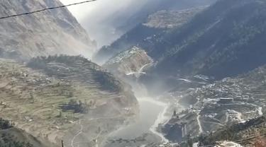 Gambar dari vidio menunjukkan banjir besar, lumpur, dan puing-puing yang mengalir di Distrik Chamoli setelah sebagian gletser Nanda Devi terputus di Tapovan di Uttarakhand, India (7/2/2021). Gletser di Himalaya dikabarkan pecah dan menyapu proyek pembangkit listrik hidro . (KK Productions via AP)
