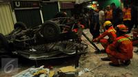 Kondisi mobil boks rusak parah akibat jatuh dari lantai 3 Pasar Cipulir, Jakarta, Selasa, (19/1/2016). Dua orang dikabarkan tewas dalam peristiwa tersebut. (Liputan6.com/Faisal R Syam)