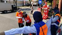 KAI Daop 8 Surabaya turut meriakan HUT Perhubungan dan kereta api dengan kegiatan sosialisasi keselamatan berlalu lintas