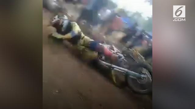Akibat menyeberang sembarangan di arena balap, seorang pria tertabrak motor yang melintas kencang hingga tersungkur.