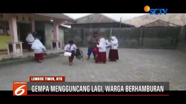 Lombok kembali diguncang gempa 4,6 magnitudo. Para siswa SD berhamburan keluar bangunan sekolah, bahkan beberapa di antaranya langsung dijemput orangtua mereka.
